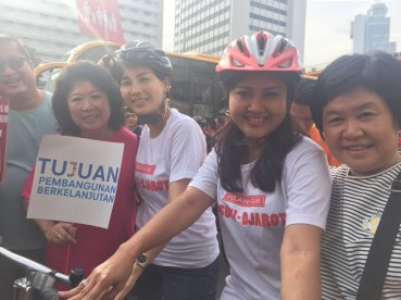 Veronica Tan, wife of incumbent Jakarta Governor Basuki Cahya Purnama, stops by on her bike.