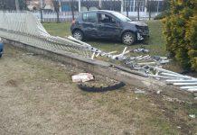 Fontaneto, auto sfonda una recinzione