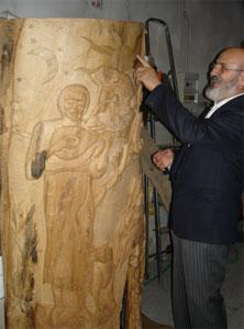 Don Giovanni davanti ad una delle sue sculture