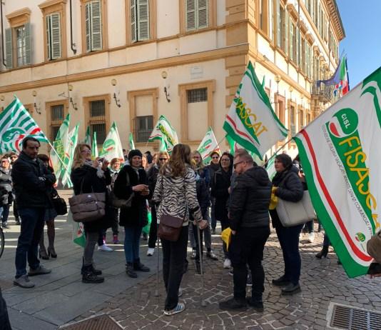Un momento del presidio dei lavoratori delle mense scolastiche davanti al Comune di Novara