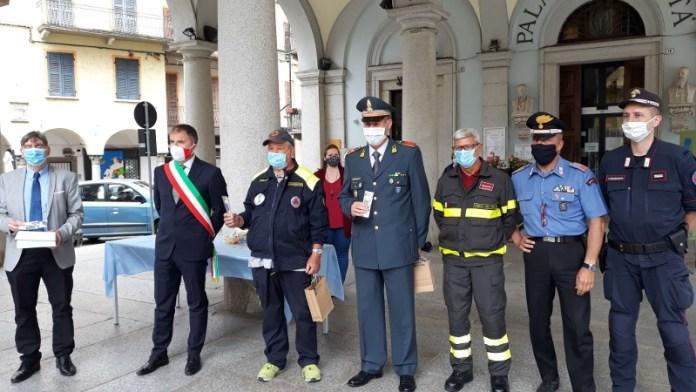 Omegna municipio donazione ringraziamento forze dell'ordine da pare di Amministrazione comunale
