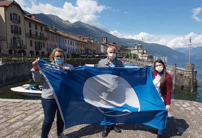 katia manfredi, gianmaria minazzi e ludovica merola con la bandiera blu assegnata a Cannobio