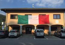Il maxi tricolore esposto sulla faccia del municipio di Cossogno