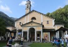 facciata esterna del santuario con il sagrato e i fedeli presenti alla festa nel 2019