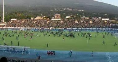 صورة اقتحام الجماهير ملعب مباراة مصر وجزر القمر