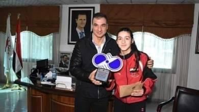 صورة رئيس الاتحاد الرياضي السوري يكرم الواعدة هند ظاظا