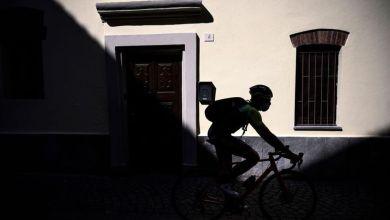 صورة دراج إيطالي محترف يمارس خدمة التوصيل في زمن كورونا