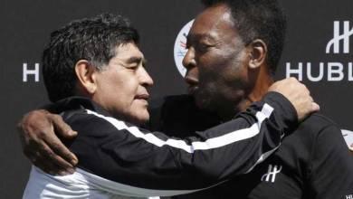 صورة بيليه مخاطبًا الراحل مارادونا: سنلعب في فريقٌ واحد