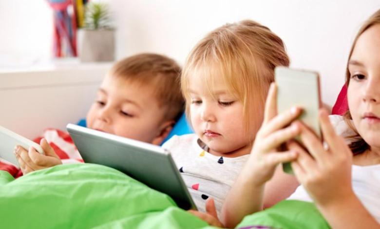 مخاطر استخدام الهواتف النقالة وأضرار النت على الأطفال والناشئة