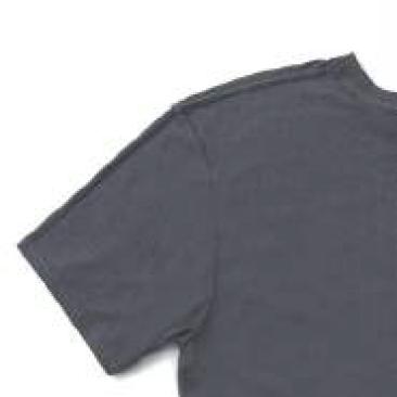 襟ぐりから左右両肩の補強とともに、肌への負担軽減にもなる伸び止めテープを使用