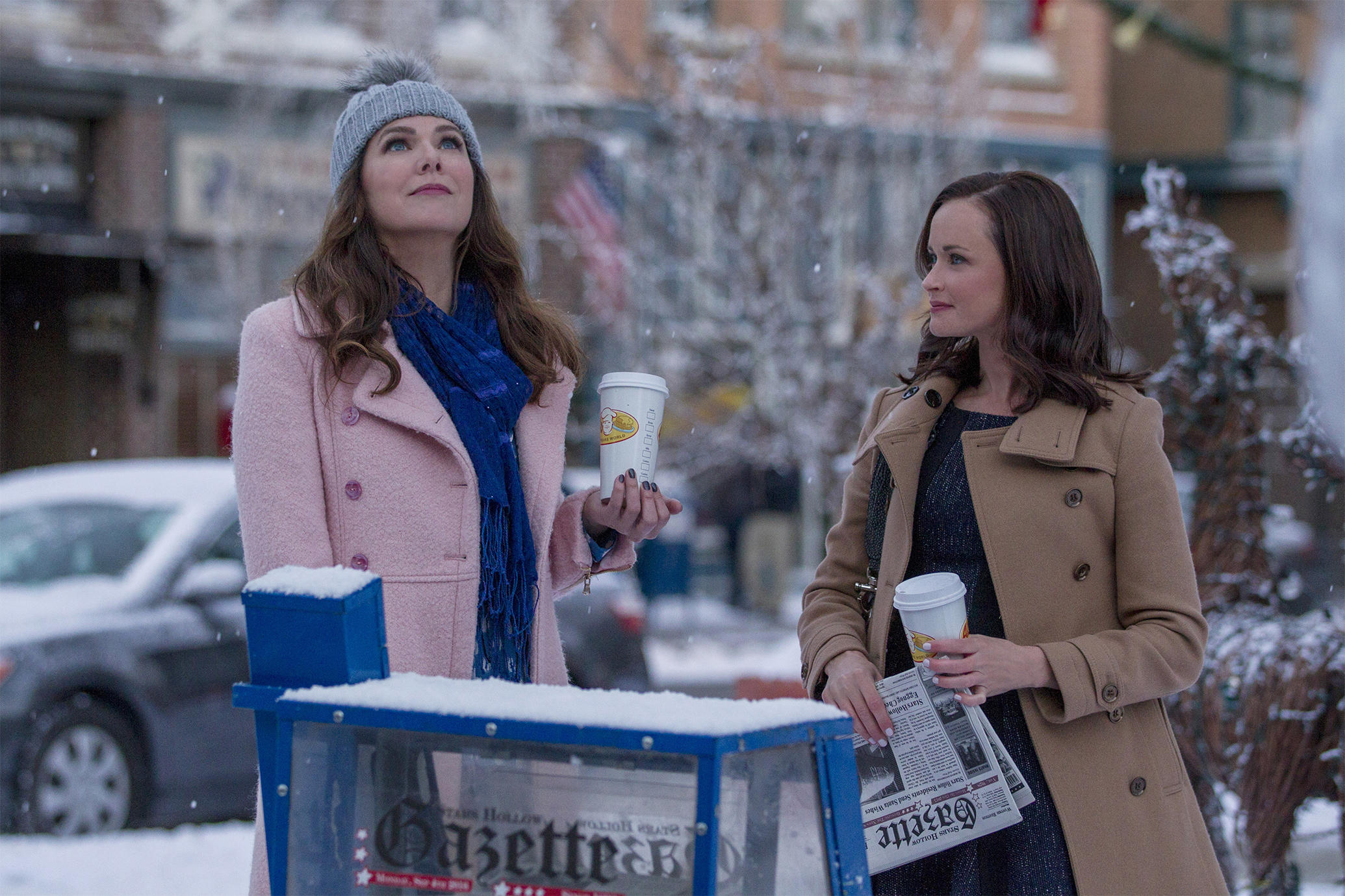 "60368f63e6 Gilmore girls Lauren Graham and Alexis Bledel in ""A Year in the Life"""