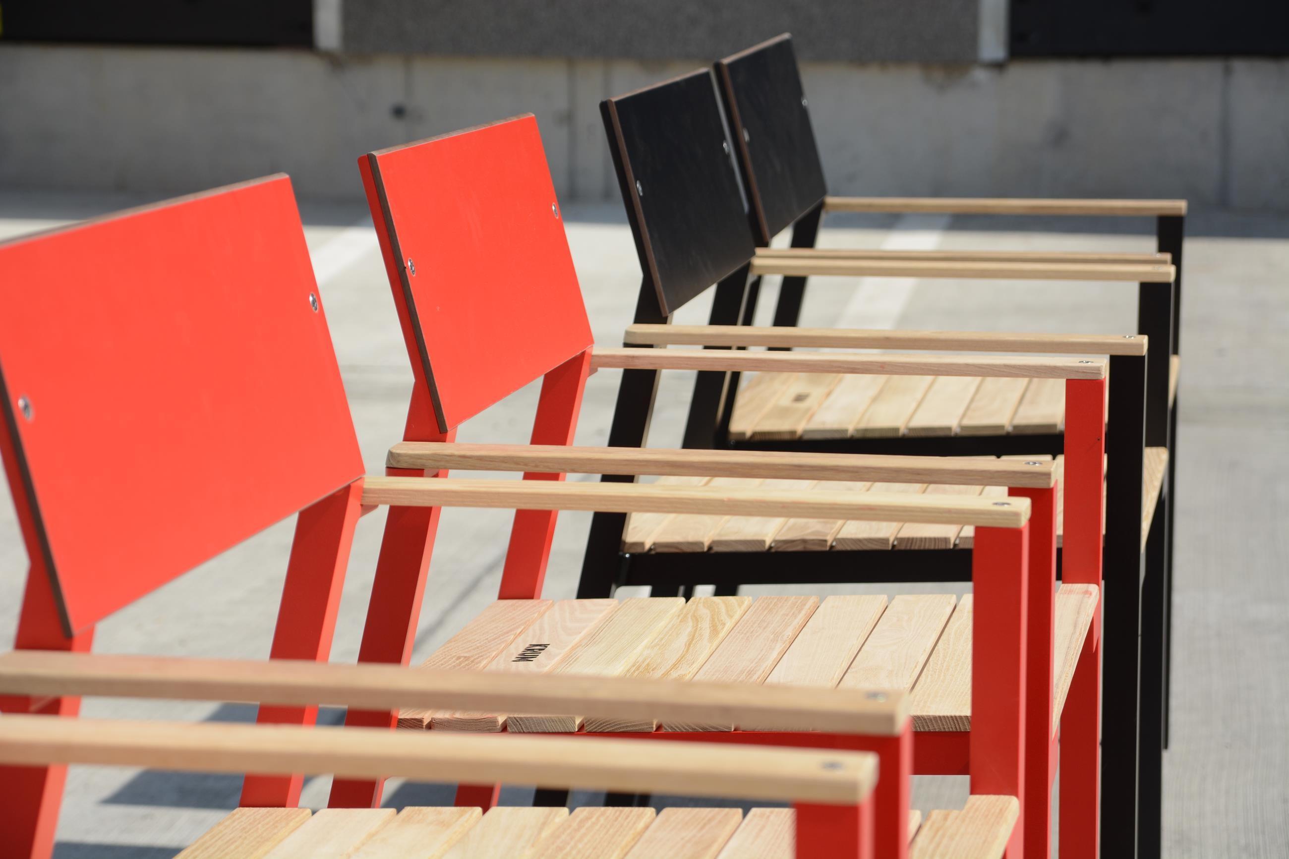 chaise de jardin design avec accoudoirs cora en aluminium de couleur assise en bois massif dossier en hpl seanroyale