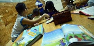 Bíblias ilustradas são distribuídas de presente para crianças vietnamitas