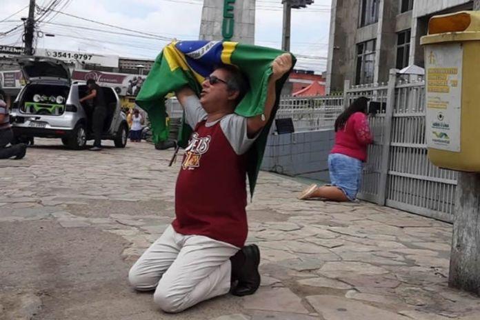 Evangélicos da Assembleia de Deus se ajoelham para orar nas ruas de Pernambuco