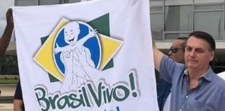 Bandeira de movimento pró-vida é erguida por Bolsonaro