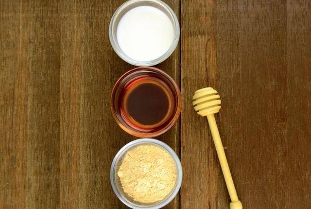 Honey, Gram Flour And Yogurt Lip Scrub