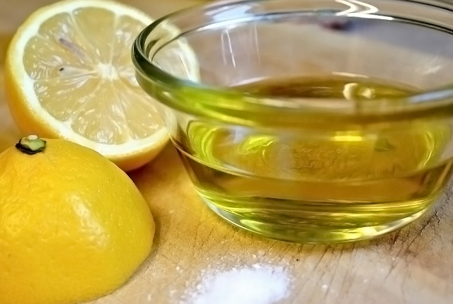 Lemon juice and olive oil Mask
