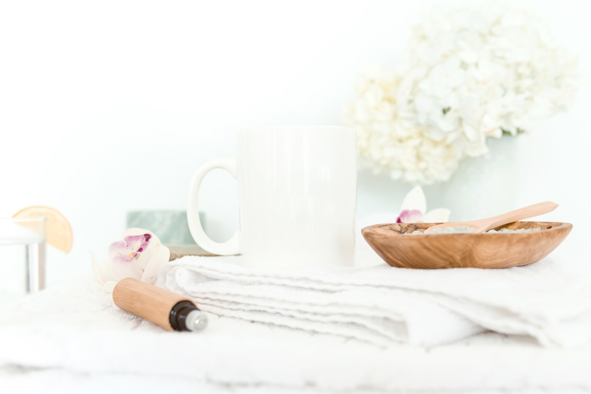 Simple self care kit ideas to help you during difficult mental health times. These are the best go-to self care life items for when you feel #anxiety or stress. It's basically my emergency life saver! #mentalhealth #wellness #healthy #healthylifestyle #selfcare