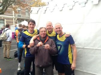 Groepsfoto samen met coach/motivator Johan
