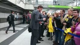 Vor dem Abflug: BVB-Keeper Weidenfeller gibt Autogramme.