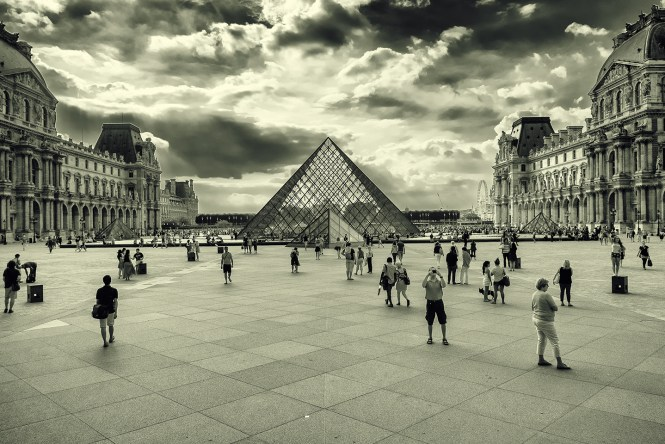 Louvre in B/W