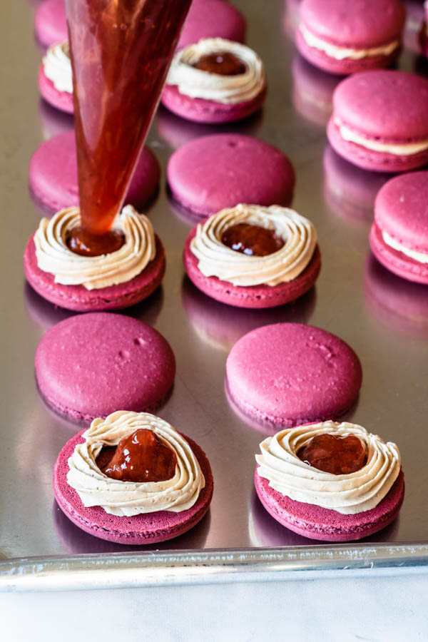 balsamic-caramel-and-strawberry-macarons-44