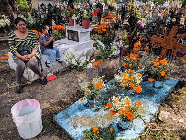 Visiting Puebla's municipal cemetery for Día de Muertos with the guide