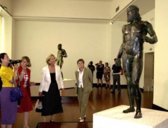 La regina del Belgio Paola Ruffo di Calabria (giacca bianca) osserva uno dei due bronzi di Riace  durante la sua visita a Reggio Calabria nel 2001    Cufari/Ansa