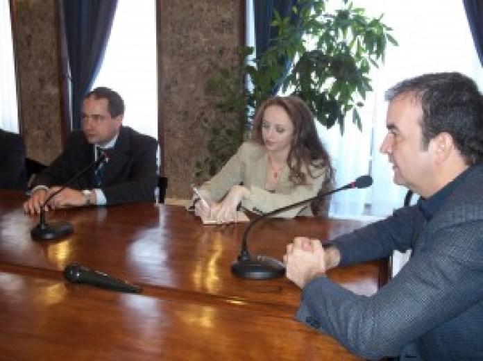 Il sindaco di Cosenza Mario Occhiuto ha reso omaggio alla ballerina insieme a Domenico Naccari, allora delegato del sindaco di Roma Capitale