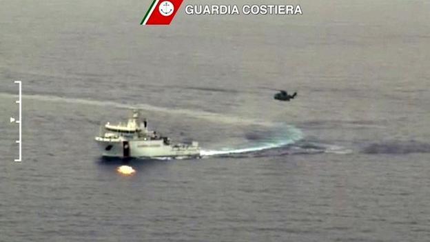 Un peschereccio nelle operazioni di soccorso dopo la strage migranti