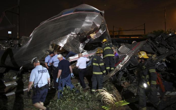 Le lamiere accartocciate del treno  Washington-New York (Ansa/Ap)