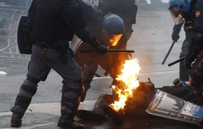 Teppisti No Expo devastano Milano (Foto Ansa, Reuters, Ap, Afp) (6)
