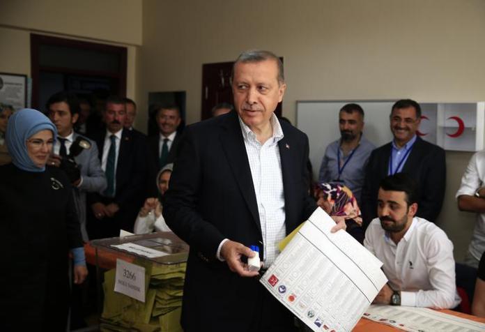 """Recep Tayyip Erdogan al seggio mentre vota in Turchia - Sconfitta per il """"sultano"""" vince il """"Podemos curdo"""""""