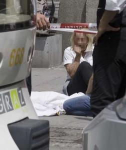 Una delle vittime a terra dopo l'incidente