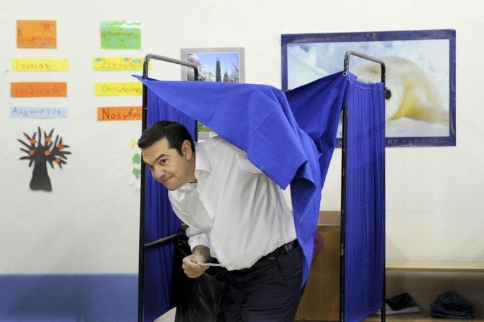 Voto in Grecia, il premier Alexis Tsipras esce dalla cabina elettorale