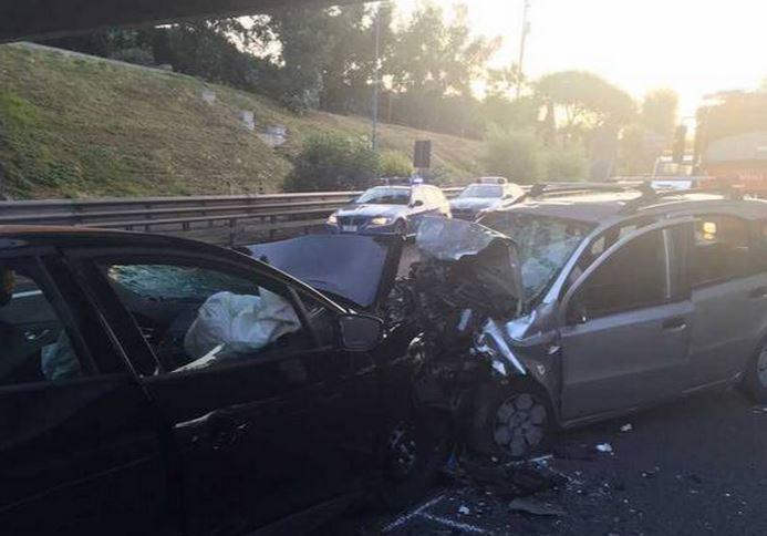 Le auto dopo lo scontro sulla tangenziale Napoli Agnano dove sono morti una ragazza di 22 anni e un uomo di 48