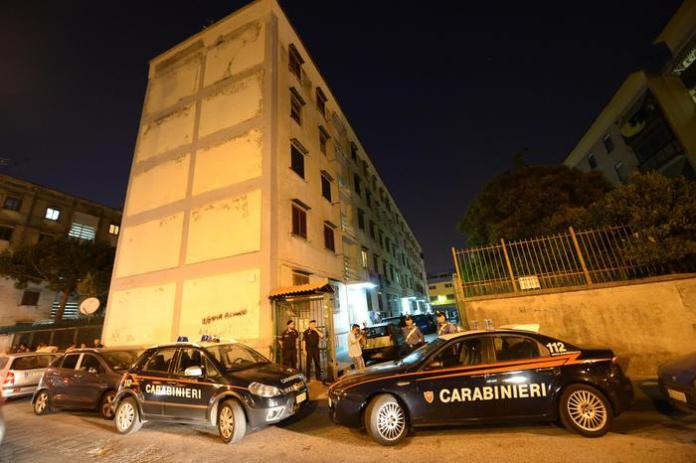 Carabinieri all'esterno del palazzo dove sono stati trovati senza vita i corpi Cesare Cuozzo, la moglie Anna Daniele e il loro figlio. Ipotesi omicidio suicidio