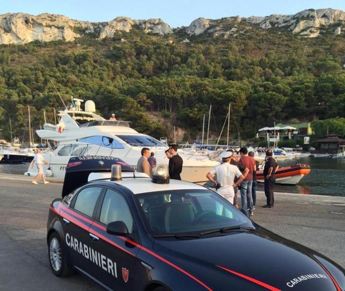 Bimba uccisa da elica. Nelle foto luogo tragedia con ambulanza e carro funebre e yacht bianco sequestro nel porticciolo di marina piccola a cagliari