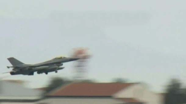Un caccia turco impegnato nei raid contro l'Isis