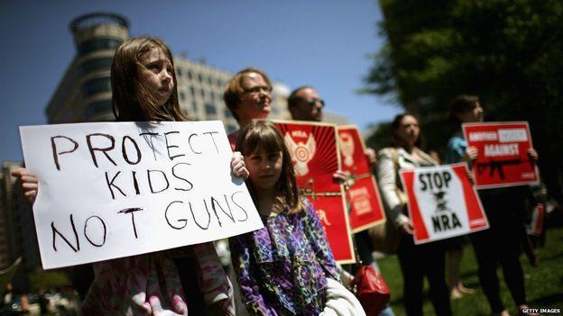 Una protesta contro l'uso delle armi ai ragazzi