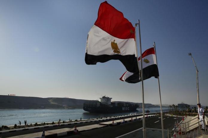 Un porta container attraversa per la prima volta il vuovo Canale di Suez