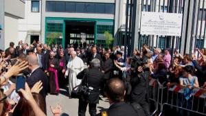 Papa Francesco entra nel carcere di Castrovillari per incontrare il padre del piccolo Cocò