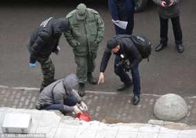polizia vicino il sacchetto con la testa della povera Nastya