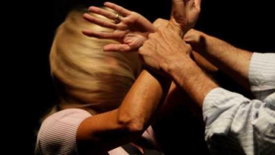 Crotone, picchiava e minacciava la moglie. In carcere marito violento