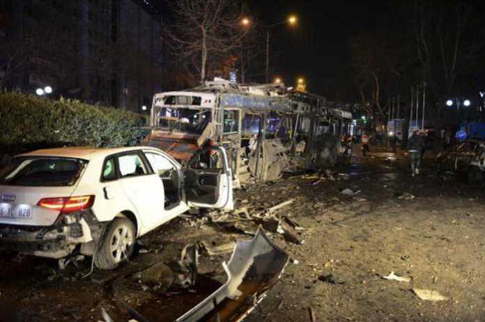 Auto e bus distrutti dopo l'attacco kamikaze ad Ankara, Turchia