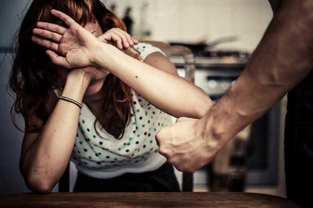 Maltrattamenti . Piacchiava moglie e figlio di 5 mesi. Condannato e arrestato SOVERIA MANNELLI (CATANZARO)