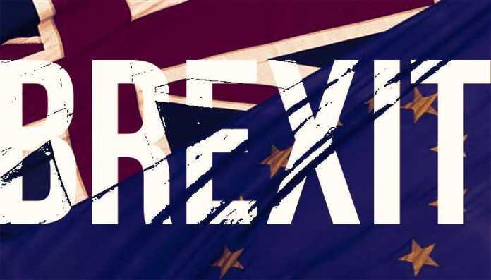 """Seggi aperti per Brexit. """"Leave"""" avanti nei sondaggi"""