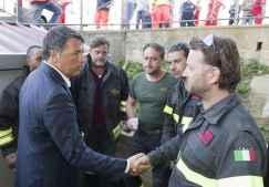 Matteo Renzi con i soccorritori