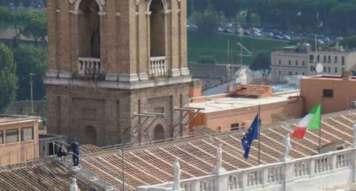 La sindaca di Roma Virginia raggi sul tetto in Campidoglio