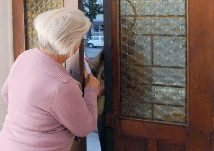 Donna raggirata consegna a falso corriere oltre 11mila euro. Un arresto